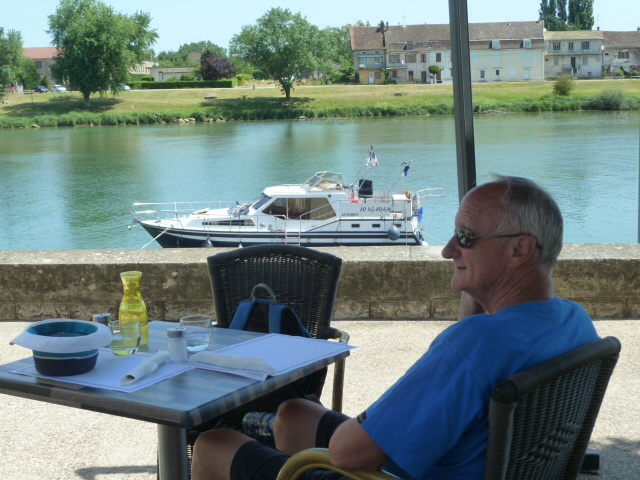 Le dejeuner in Tournus with our boat in the background