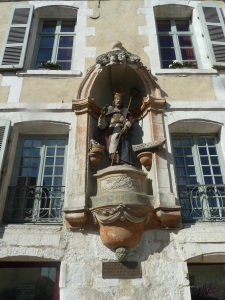 XVII century hostelry with polychrome wood statue of St Nicholas. The brotherhood of St Nicholas begged from travellers who took the passenger barge (this is on the river front) to Paris.