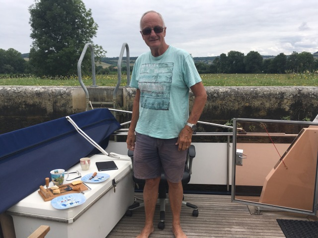 This real man doesn't need a bowthruster. Lunch in the lock.